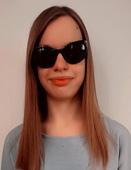 Monika to młoda, szczupła kobieta, ma długie, proste włosy w kolorze naturalny blond, usta duże, pełne. Najczęściej jest widziana w ciemnych okularach.
